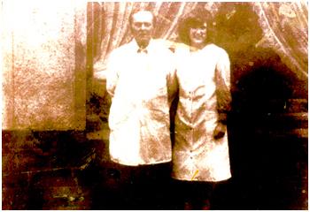 Der Salon im Jahr 1976 mit Arno Ciesielski & Rita Zimmermann geb. Ciesielski in Holzweißig, Weststr. 11